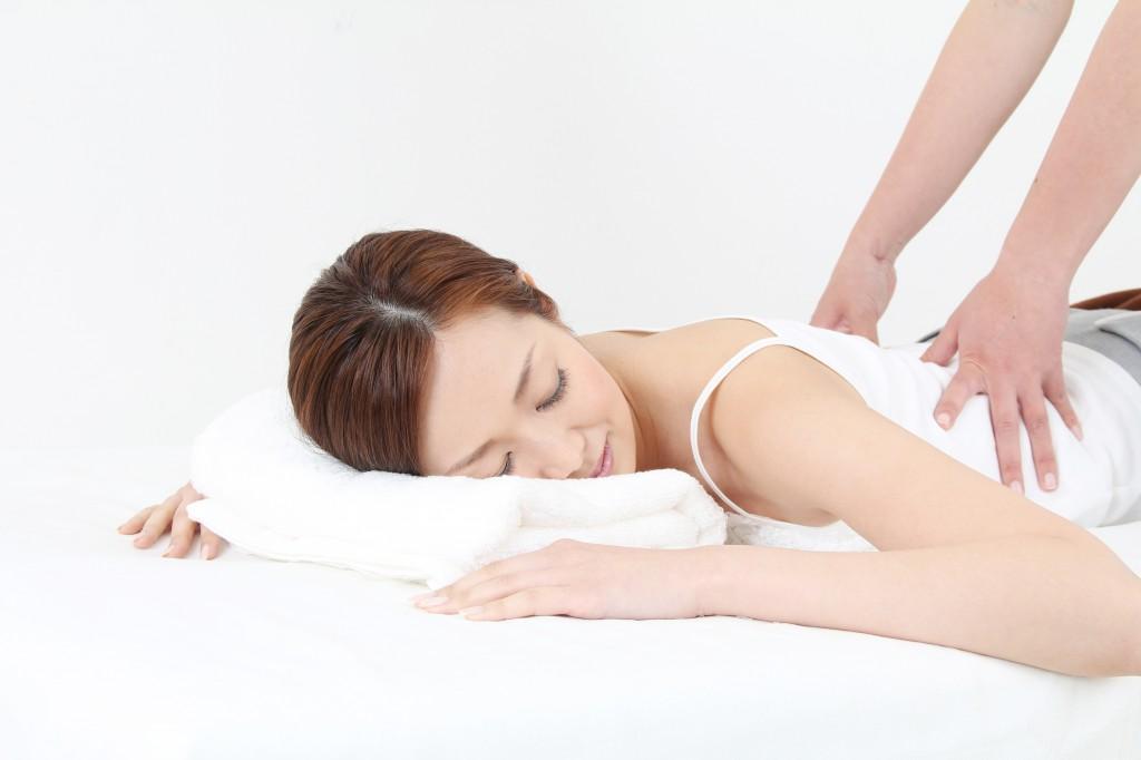 指圧整体を受ける女性